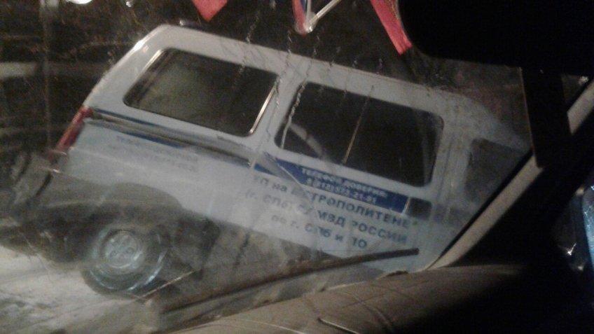 Полицейский микроавтобус попал вкювет вПетро-Славянке